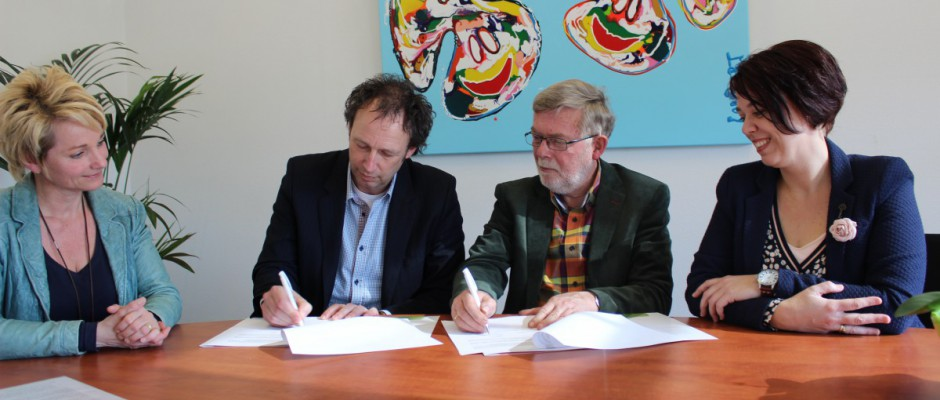 De Twentse Zorgcentra en Stichting Present Almelo tekenen samenwerkingsconvenant