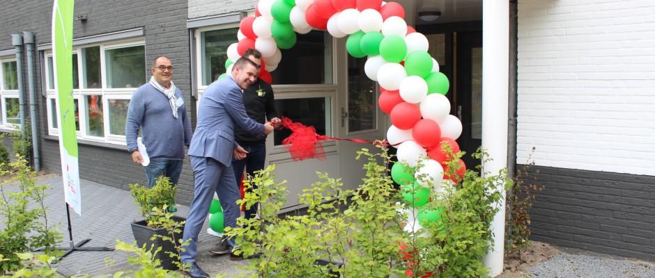 Wethouder opent appartementen Hilverbeek