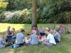De picknickmanden van 'Zomertoer De Twentse Zorgcentra' zijn uitgedeeld en medewerkers en cliënten genieten samen van alle lekkernijen tijdens het picknicken