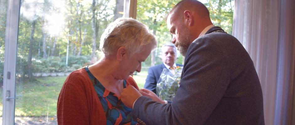 Uitreiking Koninklijke Onderscheiding Lid in de Orde van Oranje Nassau voor Arts Gertrud